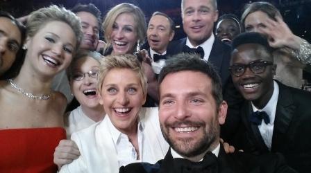 Ellen DeGeneres e um time de estrelas posando para uma foto que a apresentadora postou em seu twitter